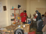 Niños de CERECO trabajando en el taller de tallado