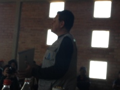 UN ejecutivo de Agua Tuya haciendo una exposición a la comunidad, sobre los alcances del proyecto